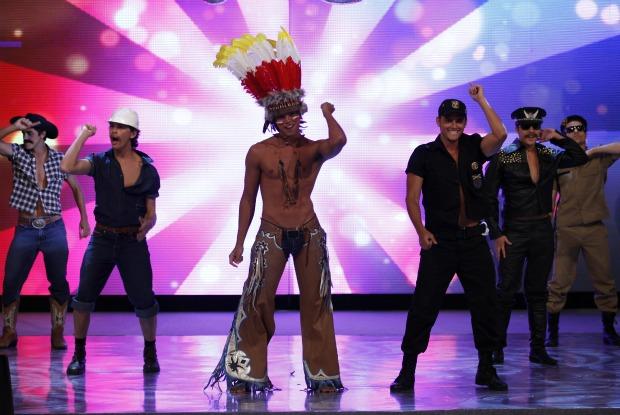 Rodrigo Simas exibe barriga tanquinho durante coreografia de Macho Man (Foto: Caldeirão/TV Globo)
