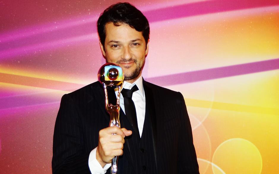 Olha o Crô aí, gente! Marcelo Serrado conquistou o troféu na categoria ator coadjuvante com o personagem de Fina Estampa