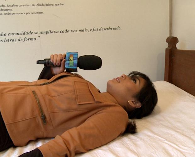 Daniele Suzuki testa a cama do ex-presidente Juscelino (Foto: Domingão do Faustão / TV Globo)