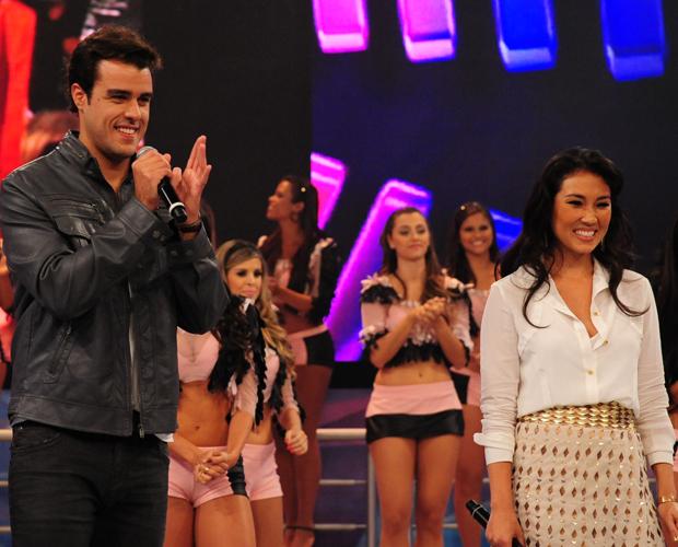 Joaquim Lopes e Daniele Suzuki no palco (Foto: Domingão do Faustão/TV Globo)