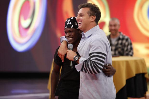 Kayo Victor abraça Huck ao ver que está no Caldeirão e vai participar do Mandando Bem (Foto: Caldeirão/TV Globo)