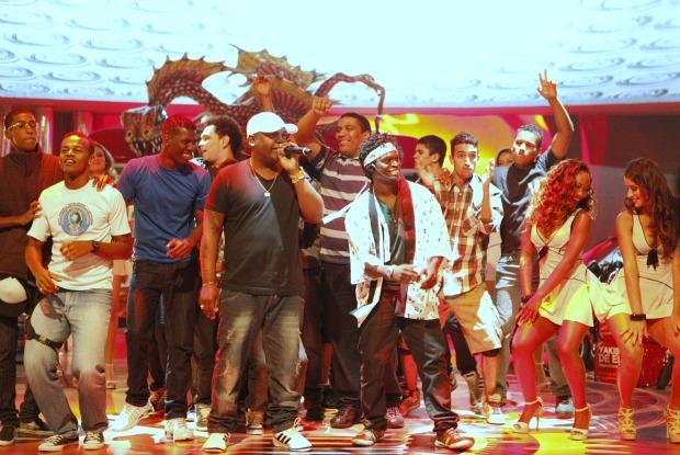 Mc Marcinho canta o funk do Yakisoba de elite feito para Kayo Victor (Foto: Caldeirão do Huck/TV Globo)