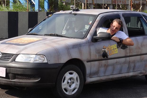 Huck e Cacá Bueno dentro do carro. Será alguma prova do Ruim de Roda?  (Foto: Caldeirão/TV Globo)