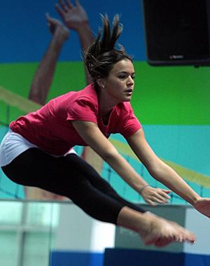 Bruna Marquezine fazendo ginástica olímpica (Foto: Domingão do Faustão / TV Globo)