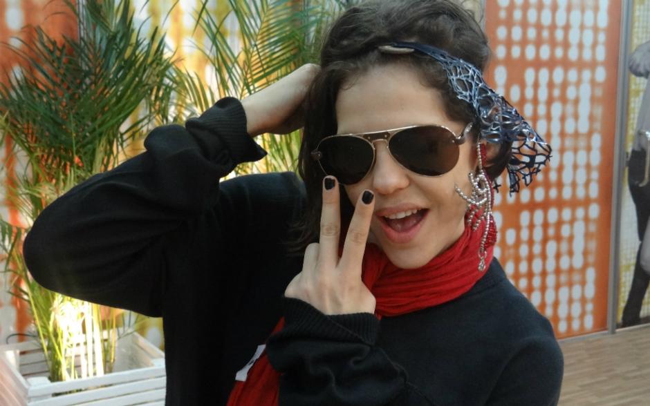 Bárbara Paz arrasou com um acessório de cabeça prateado da cantora