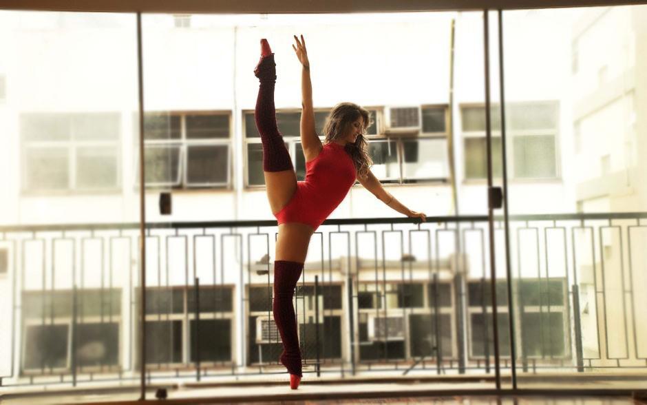 De elasticidade, beleza e sensualidade ela entende! Carol Vieira desbancou várias bailarinas e entrou no top 5 das mais quentes do Domingão