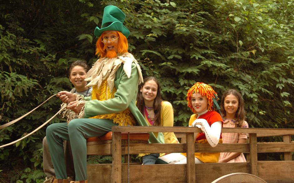 Isabelle Drummond como a boneca Emília. Ela e sua trupe fizeram sucesso de 2001 a 2006