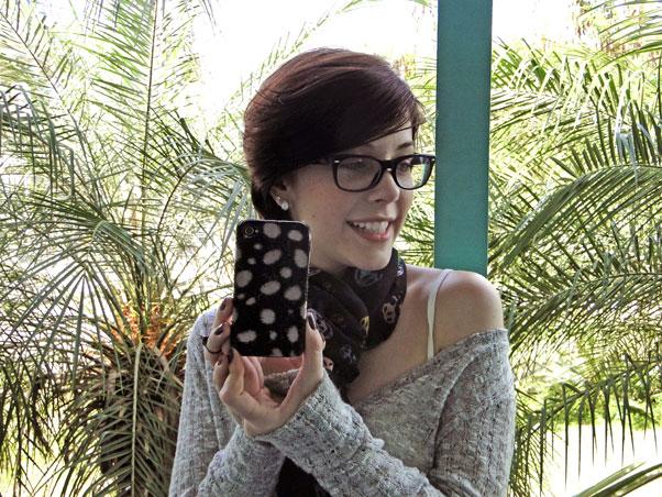 Bia Arantes, a Alexia de Malhação, optou por uma capa mais ousada. Ligada nas tendência do 'animal print' desse inverno, a atriz usa uma capinha de onça para dar um toque de charme ao celular