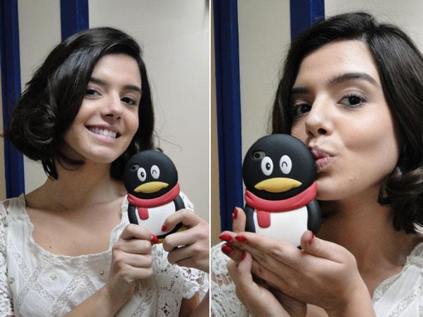 Giovanna Lancellotti prefere pinguins. A atriz, que vive a Lindinalva em Gabriela, gosta tanto da capinha que deu um beijinho nela para a gente conferir. Que fofa!