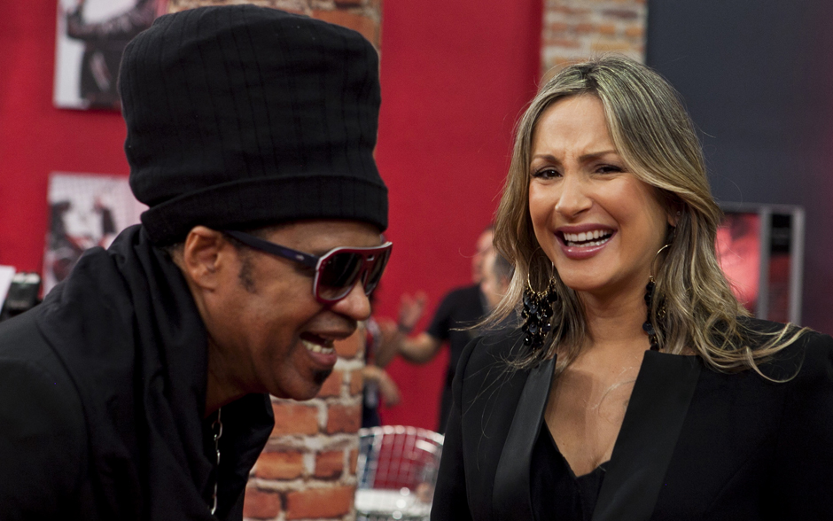 Carlinhos Brown e Claudia Leitte se divertem nos bastidores do The Voice Brasil