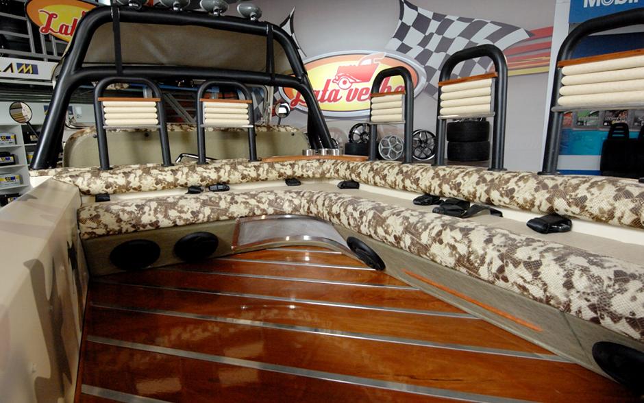 A carroceria do jipe deu lugar a bancos acolchoados para acamodar os passageiros