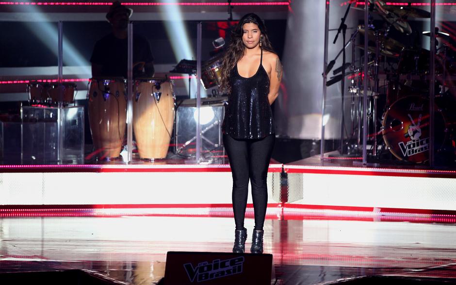 Nayra Costa se concentra para começar sua apresentação no palco do The Voice Brasil