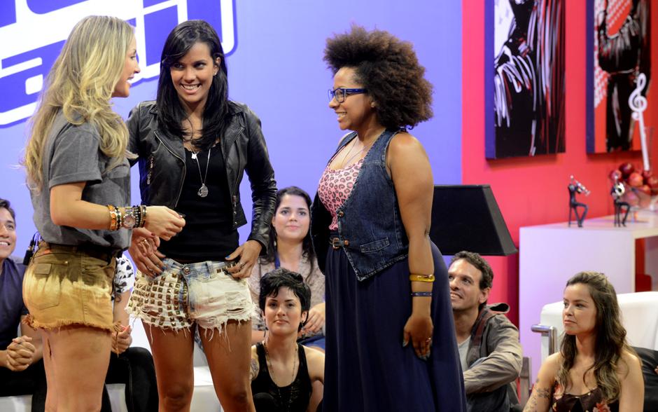 Em reunião com seu time, Claudia Leitte apresenta uma de suas duplas: Ju Moraes e Karla da Silva