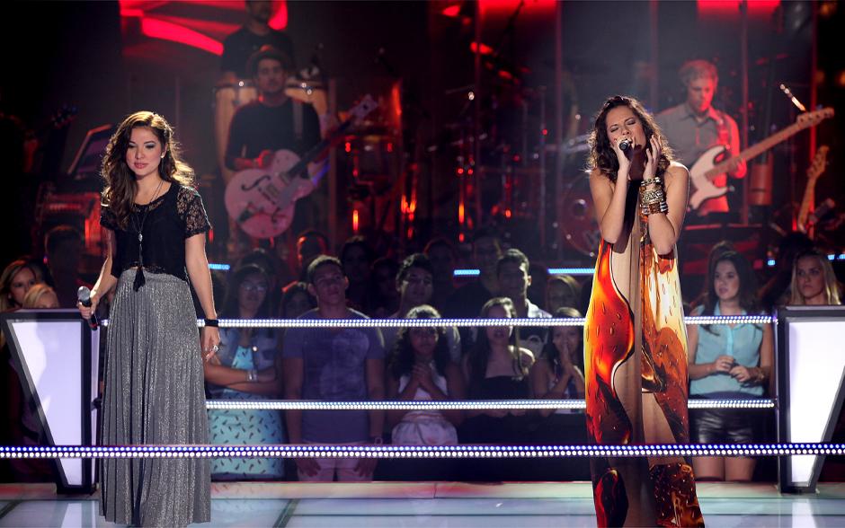 Luana Mallet inicia o duelo. A dupla canta a música 'Coisas Que Eu Sei', sucesso de Djavan