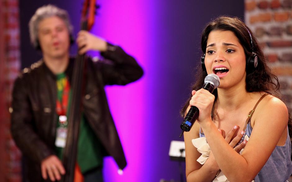Ana Rafaela ensaia a canção 'Fidelity', de Regina Spektor. A música ficou famosa no Brasil ao entrar para a trilha sonora da novela 'A Favorita'