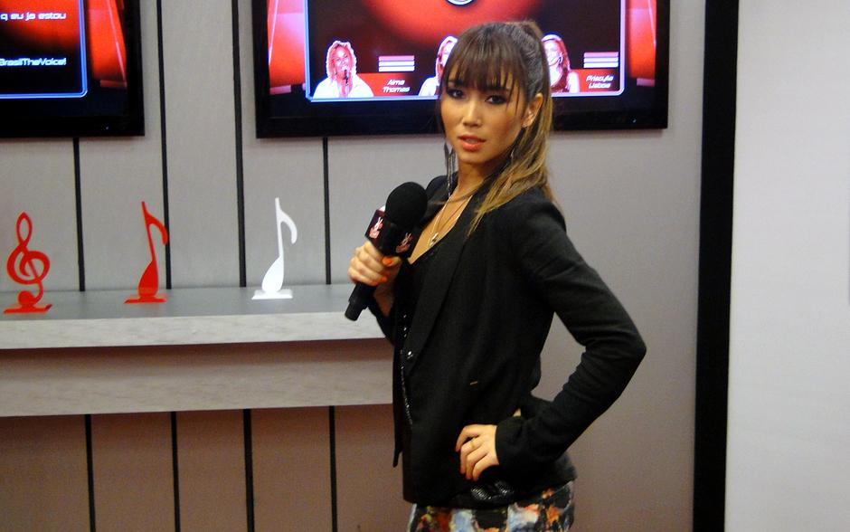 Toda estilosa, Dani Suzuki mostra torcidômetro na sala de Bate-Papo no terceiro dia de programa ao vivo