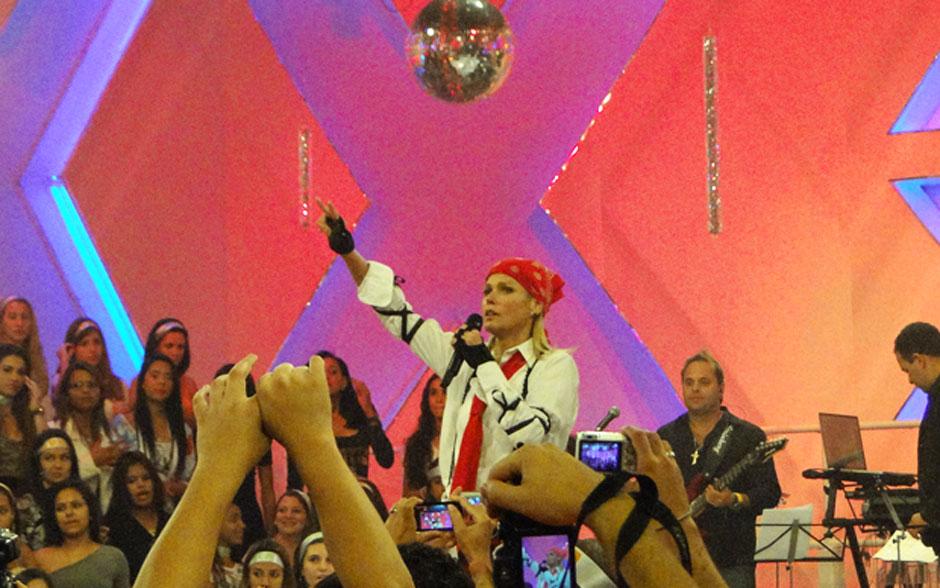 Olha o visual da Xuxa! Com bandana amarrada na cabeça, apresentadora se divertiu