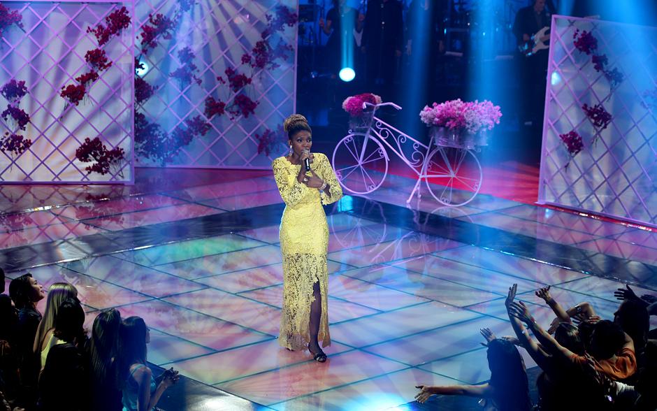 Késia Estácio surge com vestido longo amarelo para cantar música de Gal Costa