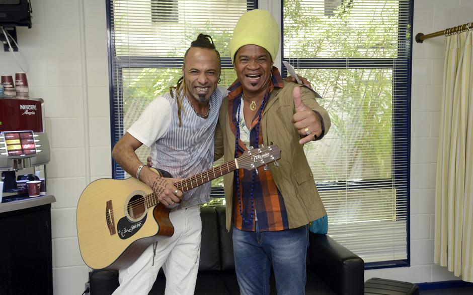 Júnior Meirelles aproveita o momento com Carlinhos Brown e mostra para o técnico música que fez para o The Voice Brasil