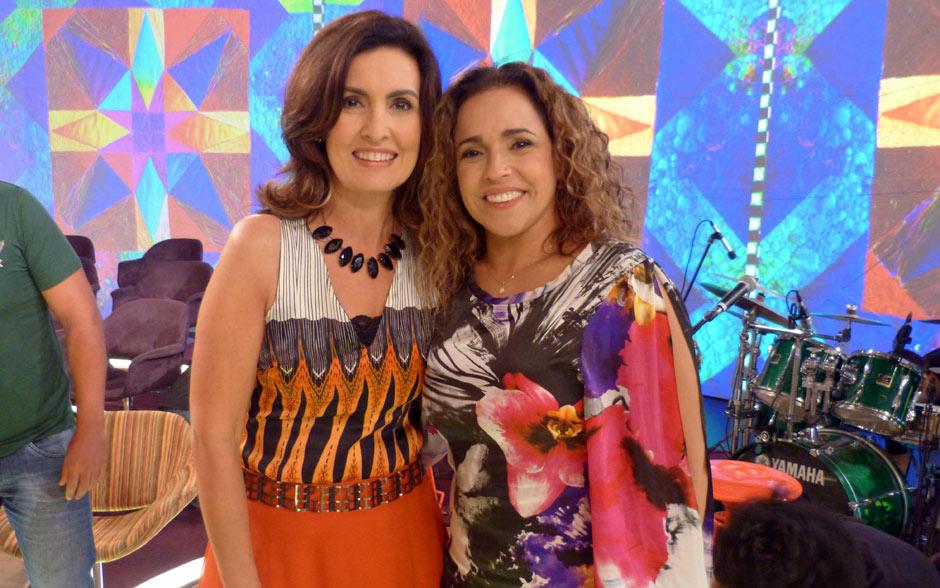 Fátima posa com a cantora Daniela Mercury