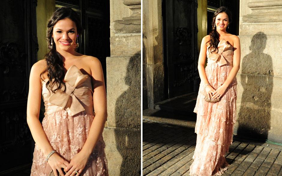 Em 'Aquele Beijo', Belezinha estava sempre impecável. O vestido mistura laço e renda em um tom rosado super romântico. O modelo longo é, ao mesmo tempo, elegante e jovem