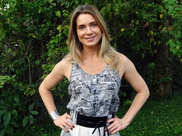Linda e loira, Letícia Spiller arranca suspiros com belas madeixas em Salve Jorge