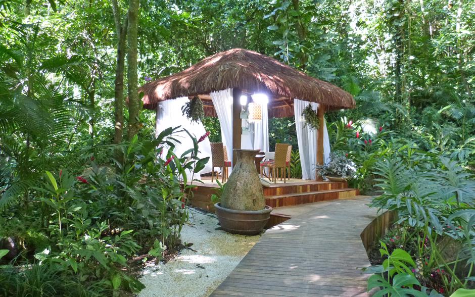 A área externa ganha um gazebo para receber os convidados. Um verdadeiro espaço de contemplação...