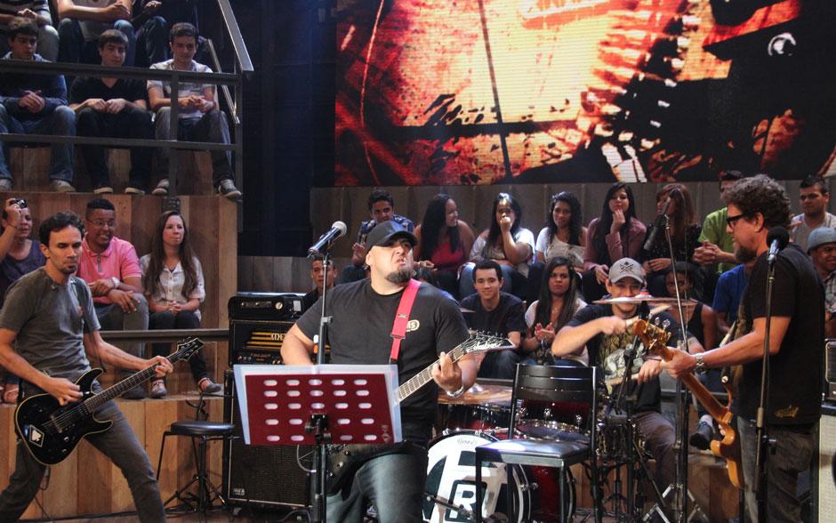Serginho Groisman e Raimundos prestam homenagem ao cantor Chorão no Altas Horas deste sábado