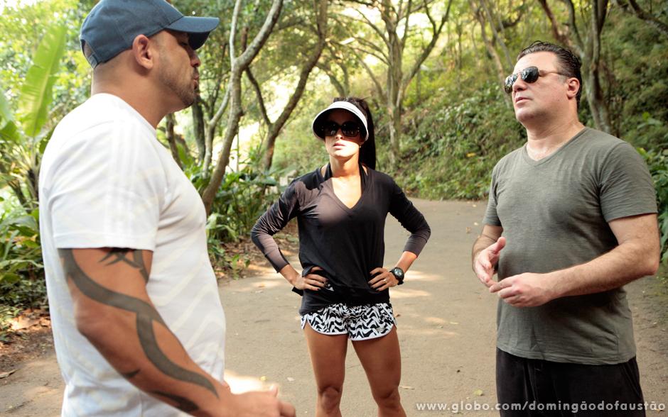 Rodrigo, marido de Aline, explica o treino para Adriano Garib