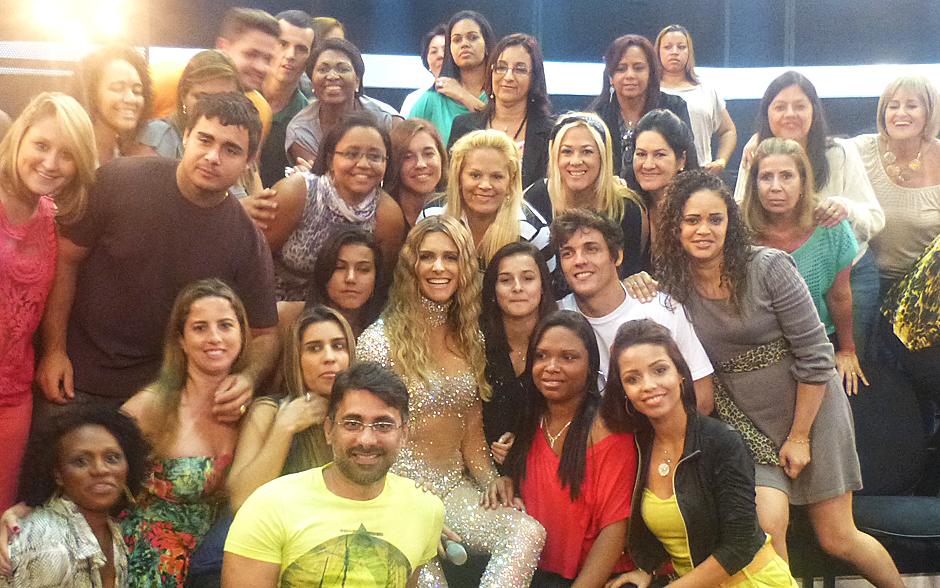 Todos juntos! Fernanda Lima é só simpatia nos cliques com os fãs