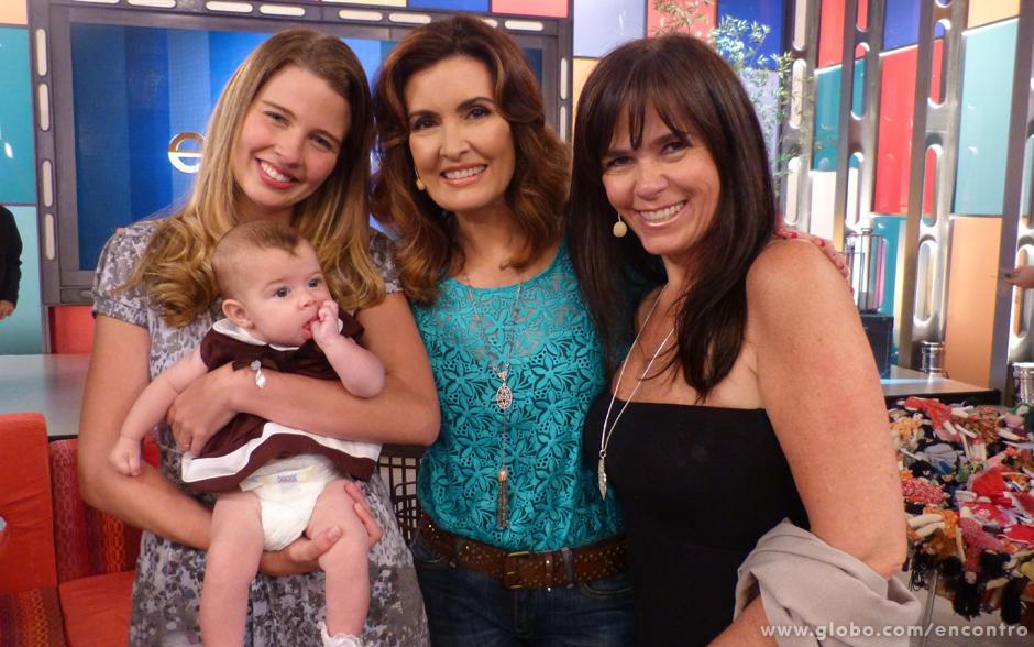 Fátima posa para foto com Debby Lagranha, a filha da atriz, Maria Eduarda, e a fotógrafa Simone Silvério