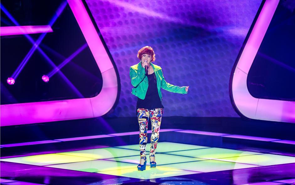 Júlia Tazzi canta 'Lady Marmalade', de Patti LaBelle, em sua apresentação no The Voice