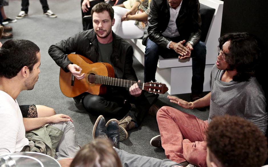 Nando Motta, Gustavo Trebien e Kaio Deodato fazem roda de música nos bastidores do programa