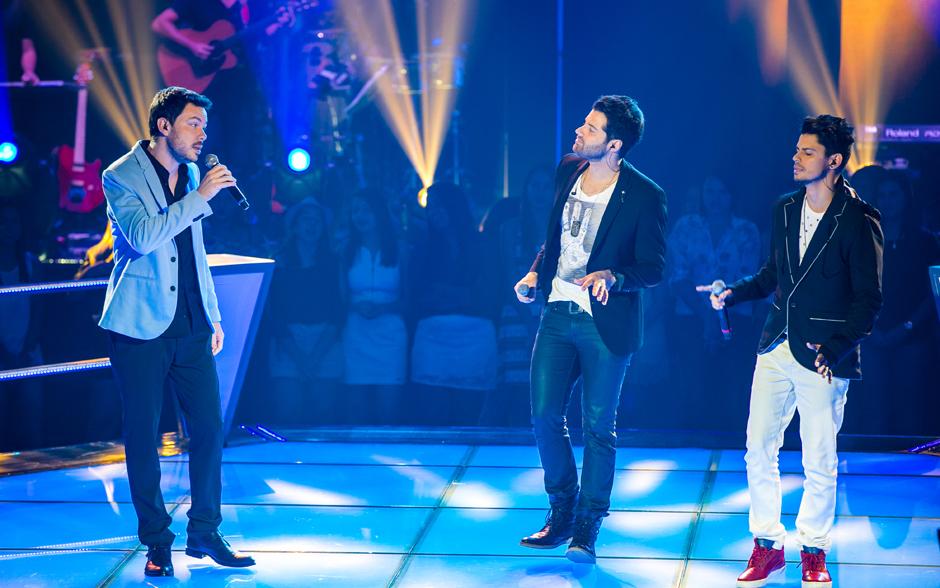Gustavo Trebien e a dupla André e Kadu sobrem ao palco do The Voice Brasil...