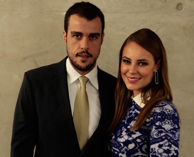 Paolla Oliveira e Joaquim Lopes esbanjam elegância para ver o rei