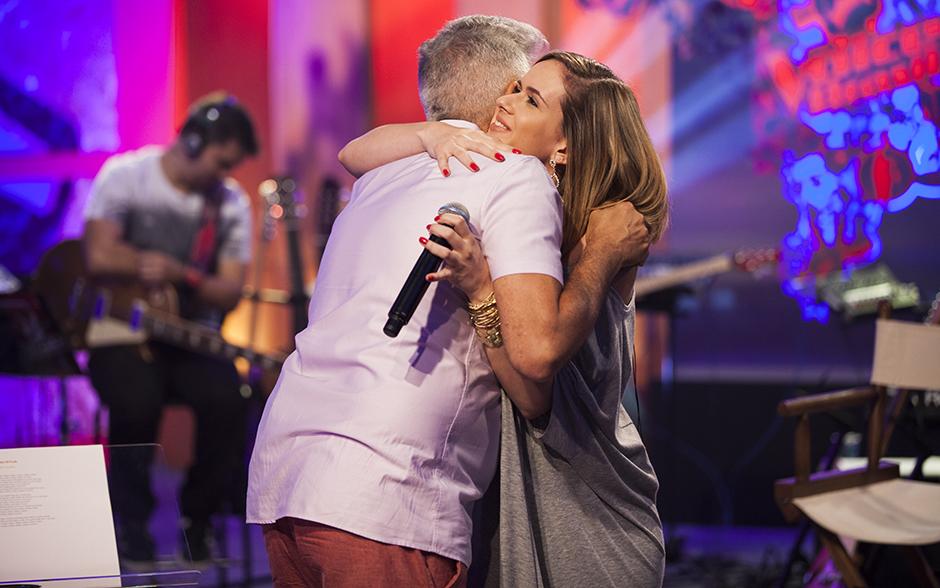 Lulu Santos recebe Carina Mennitto para os ensaios com um abraço carinhoso