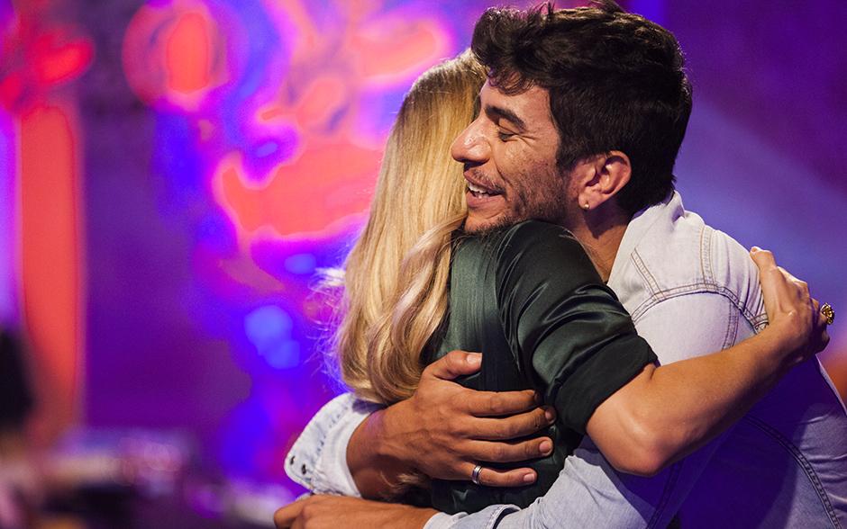 Antes mesmo de começar a ensaiar, Guto Santanna ganha abraço de Claudia Leitte
