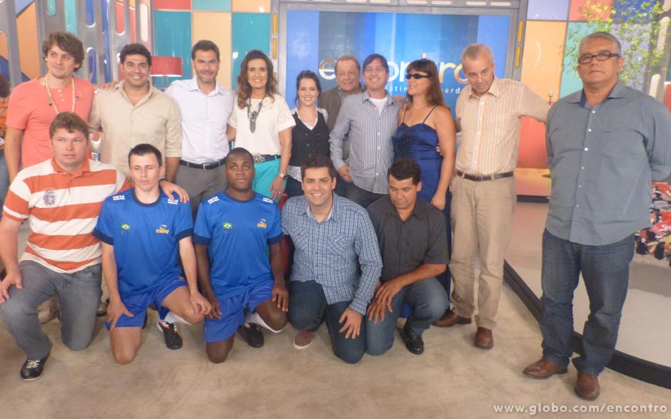 Fátima posa para foto com os convidados que participaram do programa