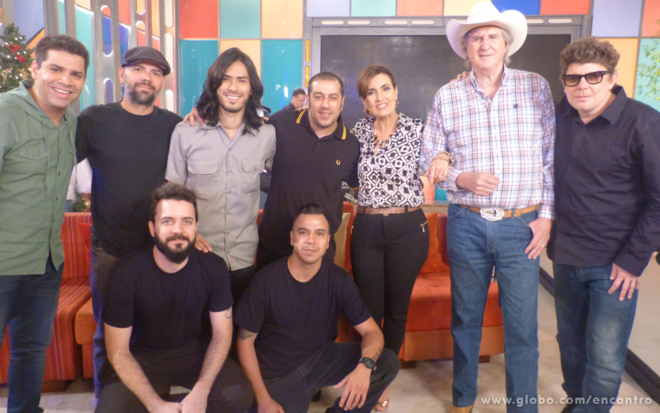 Fátima e Branco Mello posam para foto ao lado de Sérgio Reis e dos integrantes da banda CPM 22
