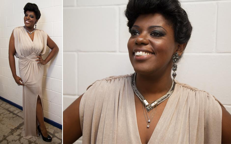 Noite de gala! Cecília MIlitão capricha em look cheio de glamour com vestido longo e acessórios com brilho
