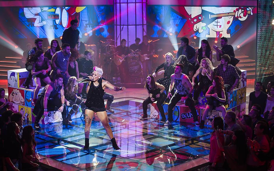 Luana Camarah abriu a noite da Semifinal com muito rock n'roll e estilo