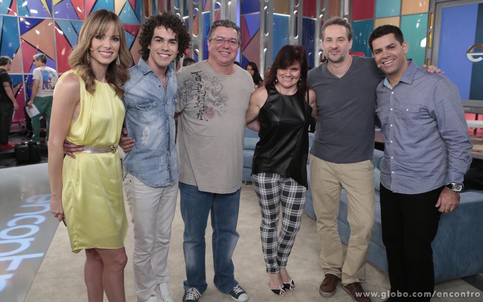 Sam Alves e a mãe posam para foto ao lado de Ana Furtado, Dan Sutulbach, Lair Rennó e do diretor Boninho