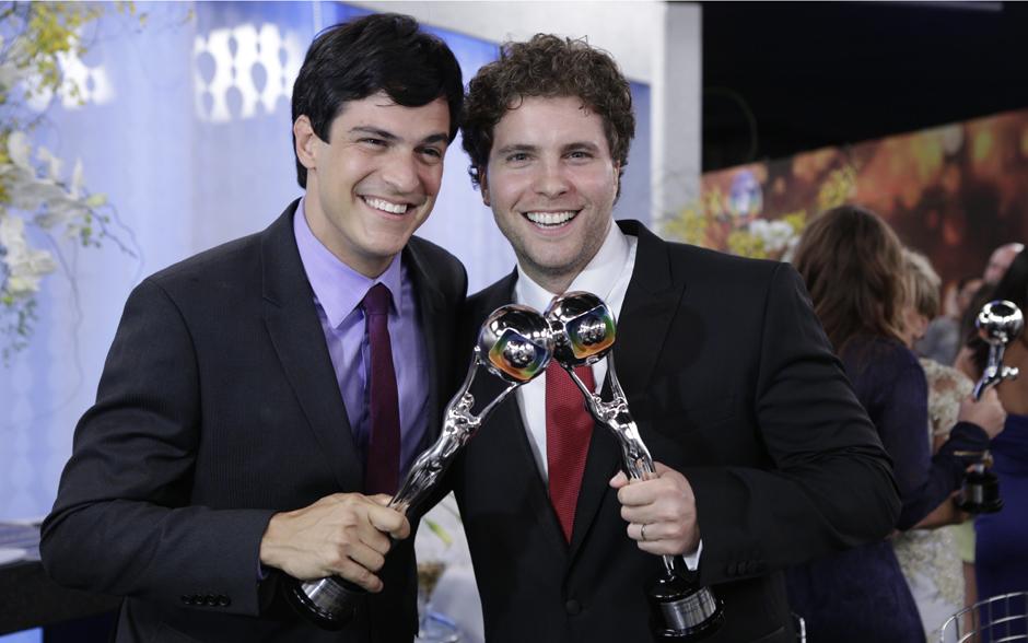 Mateus Solano e Thiago Fragoso comemoram seus prêmios