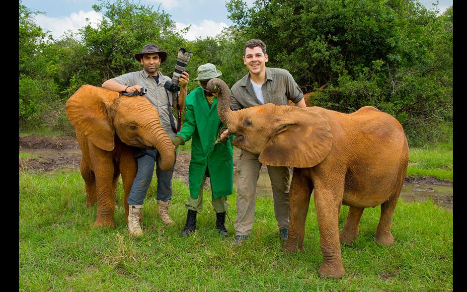 Cristian Dimitrius e João Paulo, com os filhotes de elefantes no Quênia