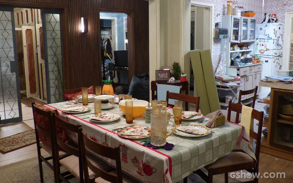 """Mesmo com a mesa """"arrumada"""", casa fica uma zona"""