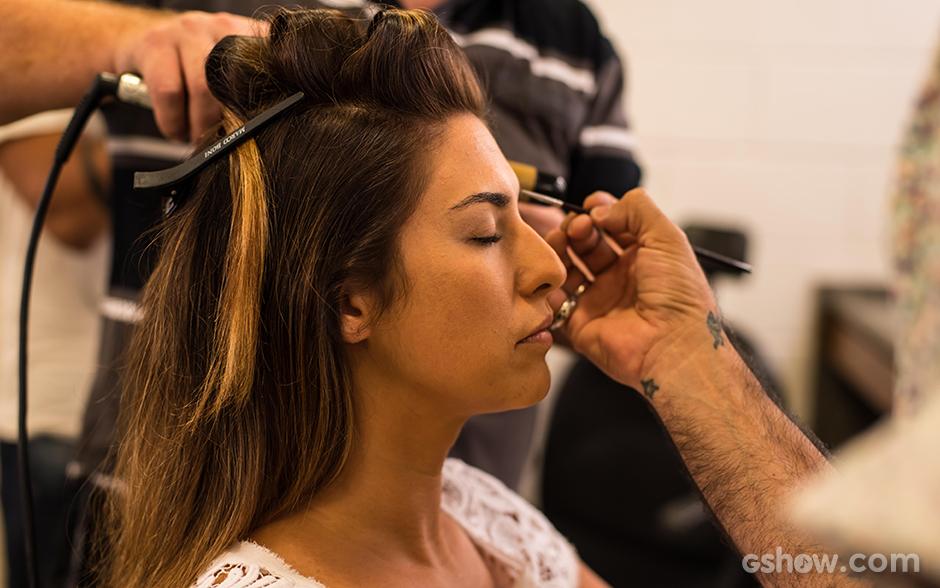 Para deixar a pele mais iluminada e uniforme, o primeiro passo é escolher dois ou três tons de base que igualem as tonalidades do rosto do pescoço