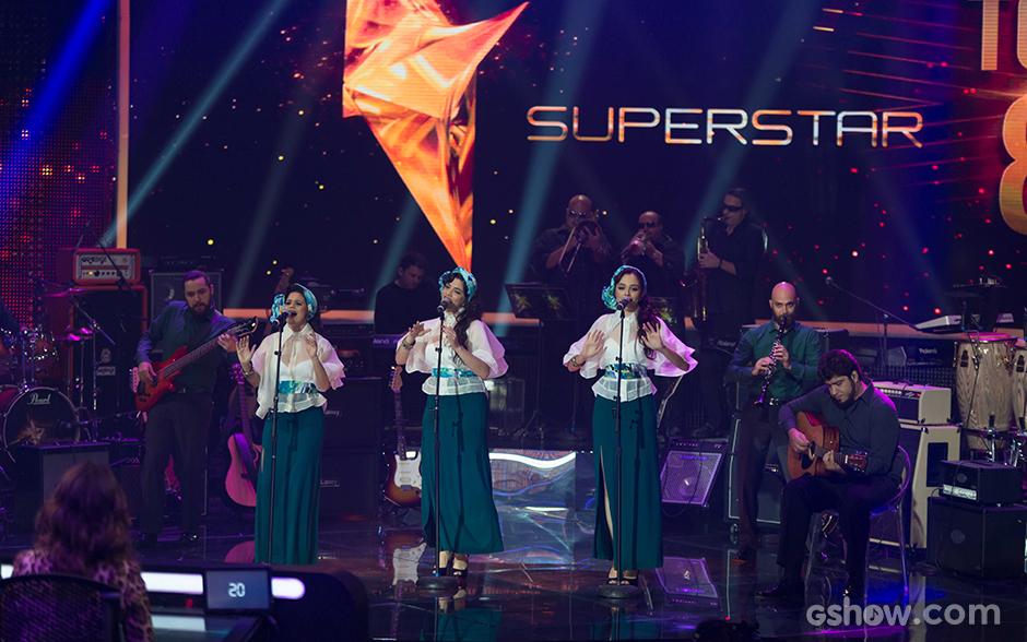 """Abrindo a noite do Top 8, a Cluster Sisters escolhe um clássico conhecido na voz de Carmem Miranda, """"Tico-Tico No Fubá"""". Os 64% alcançados pela banda, no entanto, não são suficientes para mantê-la na competição"""
