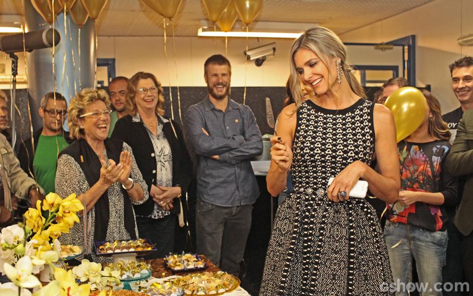 Fernanda Lima se prepara para cortar seu bolo de aniversário