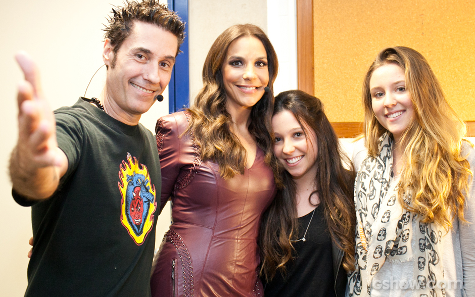 Dinho posa com as filhas e Ivete Sangalo nos bastidores do Top 6 do SuperStar