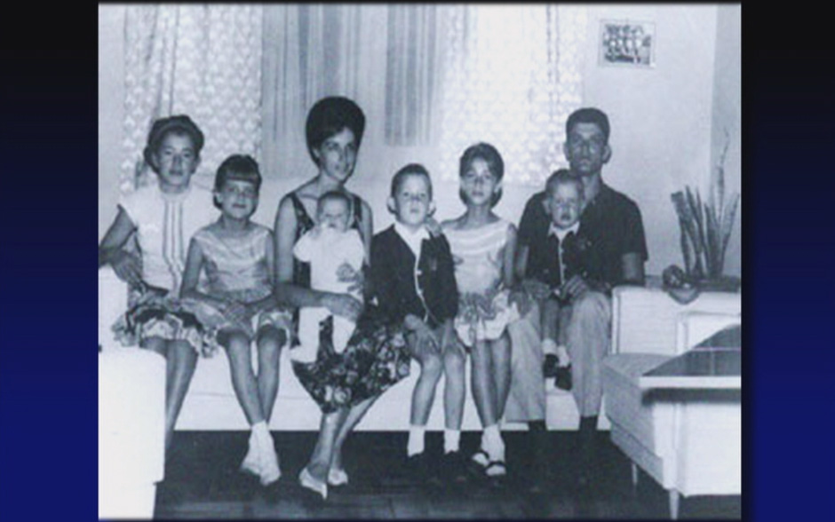 Xuxa Meneghel no colo de sua mãe e ao lado dos irmãos e do pai